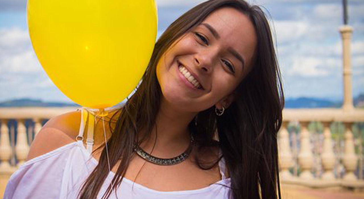 黄色い風船と笑顔の女性
